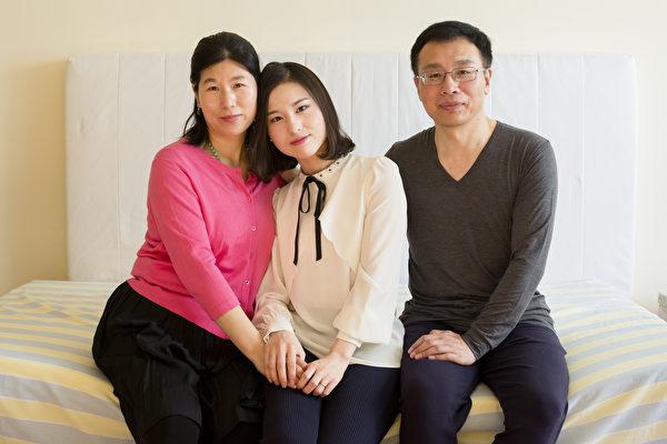 (左起)王会娟、李扶摇和李振军在纽约皇后区的寓所合影。因修炼法轮功遭受多年残酷迫害,一家人于2014年逃离中国,在美国获得政治庇护。(Samira Bouaou/Epoch Times)