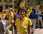 2019年5月16日,來自英國愛丁堡的羅斯瑪麗·拜菲爾德(Rosemary Byfield)來到紐約,她幾乎每年都到美國支持法輪功的反迫害遊行活動。(紹燕/大紀元)