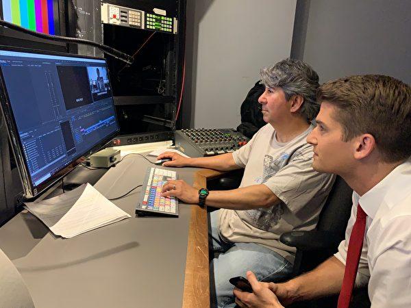 5月17日深夜,洛杉磯霍士新聞台調查記者Bill Melugin(右)和剪輯工程師Tony Ruiz(左)仍然在對即將播出的調查片《一個姐姐的救贖》(Sister's Salvation)做最後的檢視。(劉菲/大紀元)