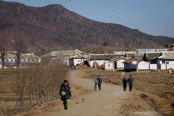 2018年11月30日,北韓平壤與新義州市之間的村莊與居民。(ED JONES/AFP/Getty Images)