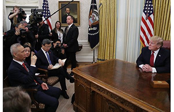 圖為1月31日,特朗普接見劉鶴等中方貿易代表及美方貿易代表。(Photo by Mark Wilson/Getty Images)