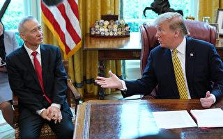 """白宫代理幕僚长周二(4月30日)表示,川普(特朗普)总统如果对谈判进展不满意,会随时""""离场""""。图为川普总统4月4日在白宫接见刘鹤。 (Chip Somodevilla/Getty Images)"""