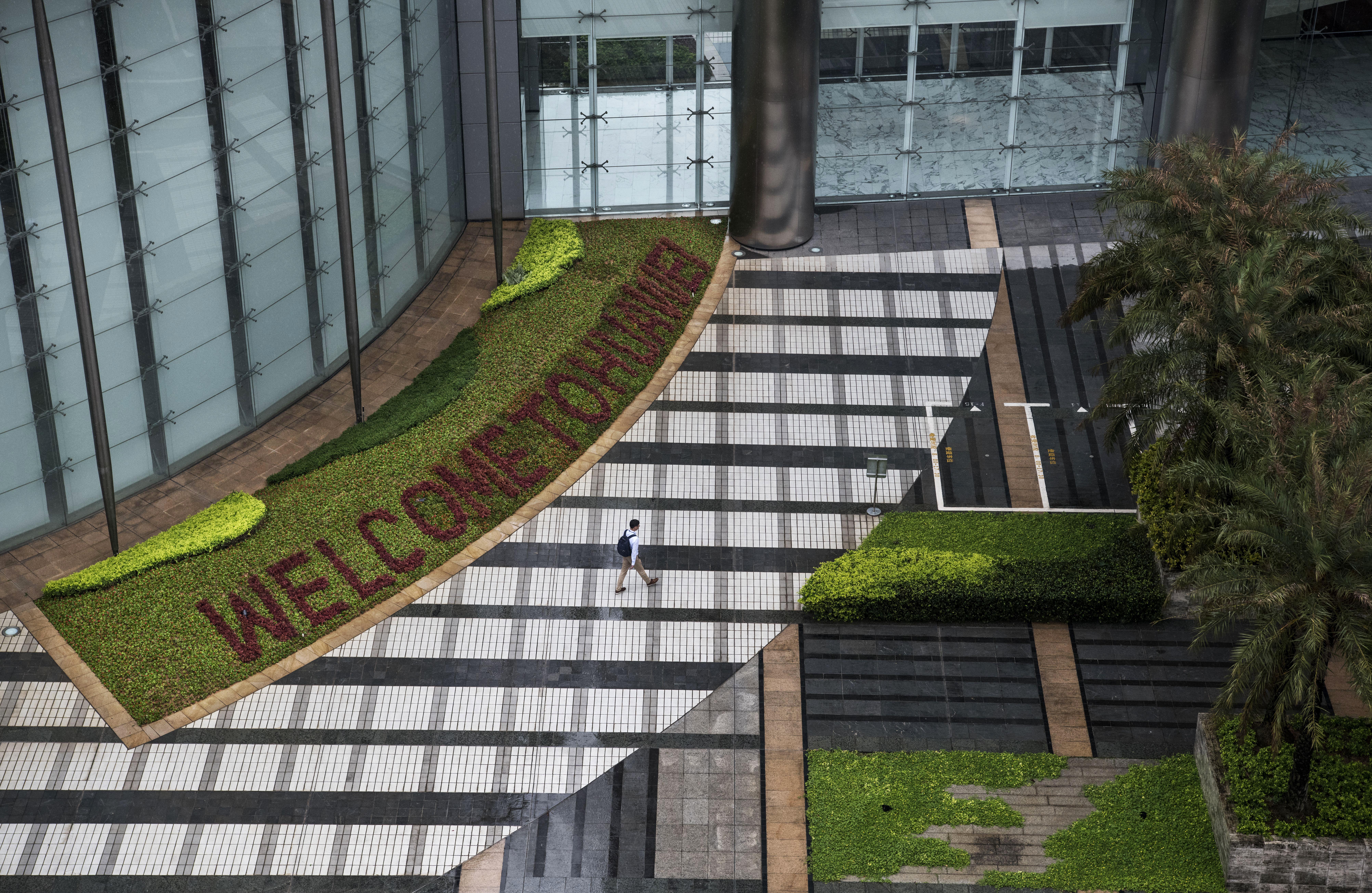 中國電訊巨頭華為曾於2月在《華爾街日報》刊登整版廣告,廣邀美國媒體前往華為深圳總部參觀,最後美國一家總部位於紐約的網絡媒體副新聞自費前往,用鏡頭近距離揭開華為的面紗。(Kevin Frayer/Getty Images)