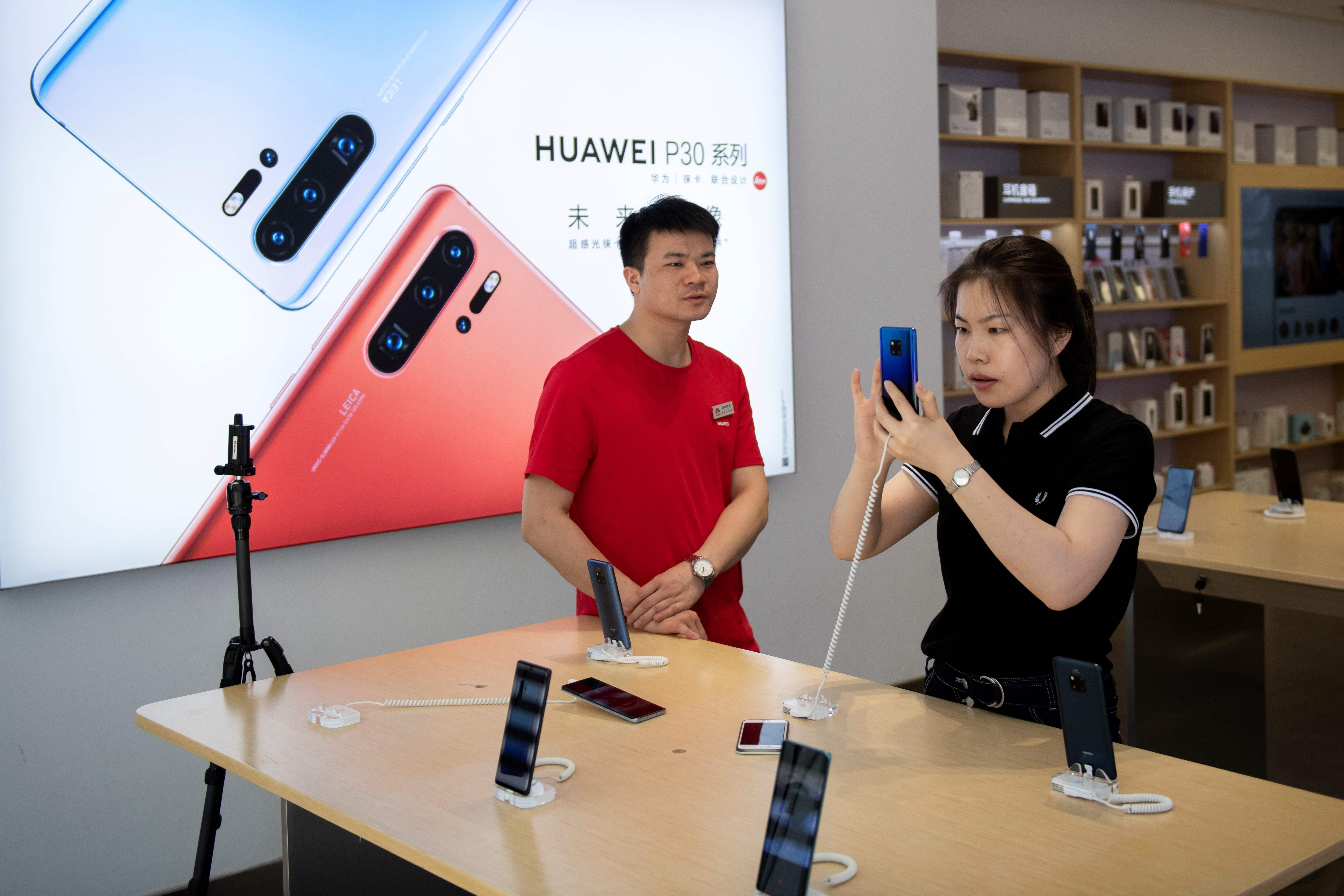 分析師表示,華為真正的重大問題還在後頭。圖為在北京的一家華為門市店。(NICOLAS ASFOURI/AFP/Getty Images)