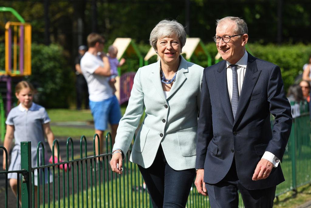 5月24日,英國首相文翠珊(Theresa May)宣佈,她將於6月7日辭去保守黨領袖的職務。圖為5月23日她跟丈夫參加歐盟議員選舉投票。(Leon Neal/Getty Images)