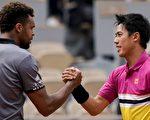 锦织圭5月29日赢得2019法网公开赛的第四场比赛。赛后他祝贺法国选手若-威尔弗里德·桑加(Jo-Wilfried Tsonga)。(Kenzo Tribouillard/AFP/Getty Images)