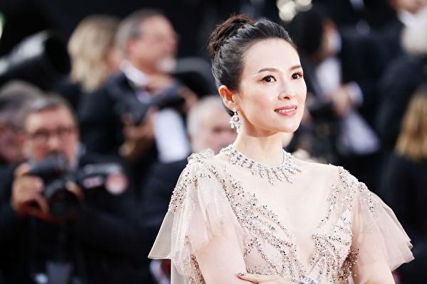 章子怡携两个女儿 冒雨捧场汪峰演唱会