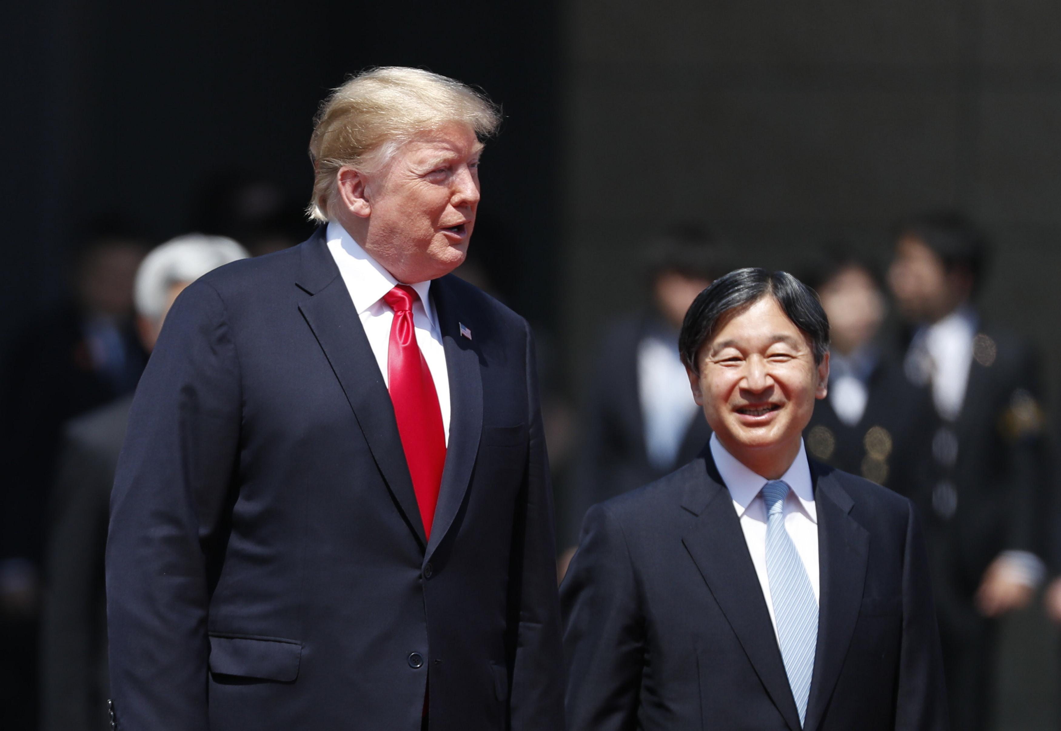 特朗普與德仁在歡迎儀式上交談。(Issei Kato – Pool/Getty Images)
