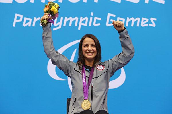 维多利亚阿伦于2012年获得特奥会女子100米自由泳金牌。(Clive Rose/Getty Images)