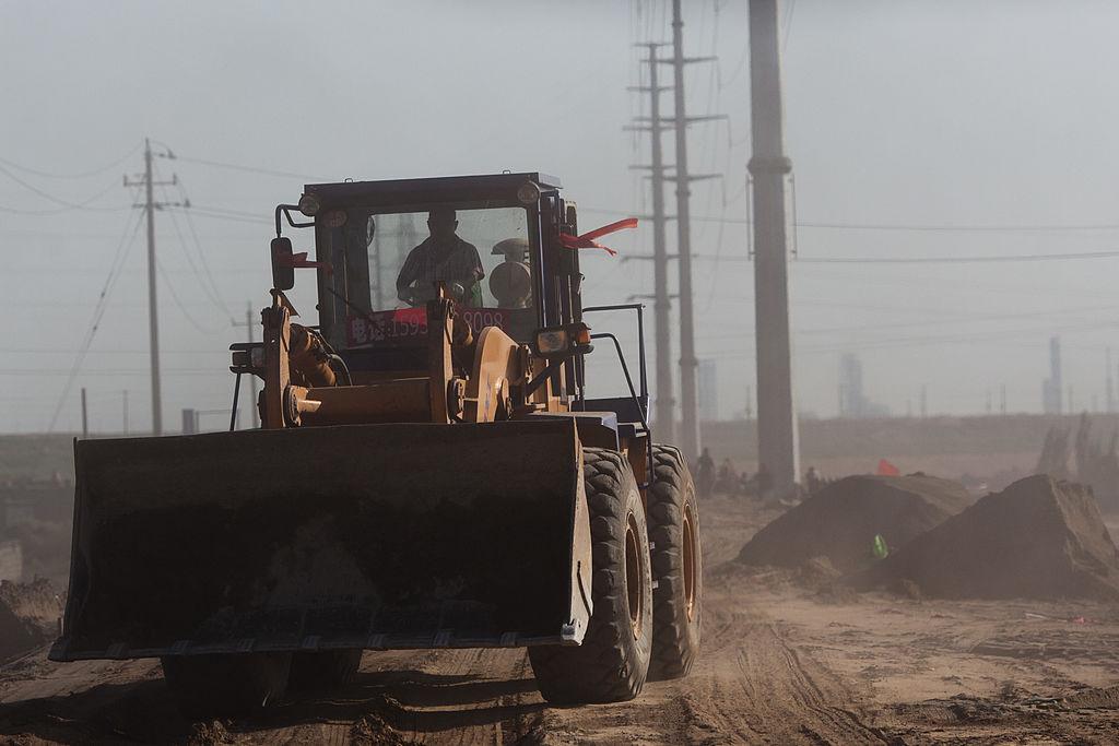 如果中共決定停止向美方供應稀土,美國可能會轉向其它稀土蘊藏量豐富的國家。圖為一量輪式裝載機開往內蒙古包頭市附近的稀土煉油廠。(Ed Jones/AFP/Getty Images)