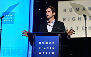 2013年11月12日,艾希頓·庫奇(Ashton Kutcher)在加州比佛利山的人權會議餐會「Human Rights Watch Voices For Justice Dinner 」發表演說。 (Frazer Harrison/Getty Images)
