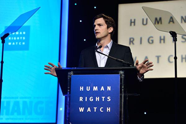 """2013年11月12日,艾希顿·库奇(Ashton Kutcher)在加州比佛利山的人权会议餐会""""Human Rights Watch Voices For Justice Dinner """"发表演说。 (Frazer Harrison/Getty Images)"""