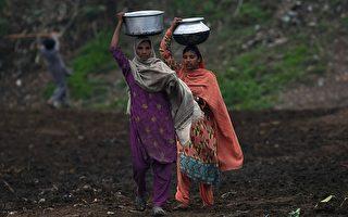 巴基斯坦当局破获贩卖女性到中国卖淫的团伙。图为头顶水缸的巴基斯坦女子。(Arif Ali/AFP/Getty Images)