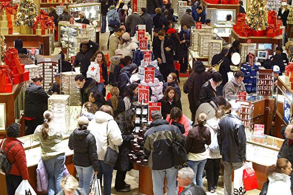 美国世界大型企业联合会周二表示,美国5月份消费者信心指数大幅上升。图为圣诞打折季期间的百货公司。(Stephen Chernin/Getty Images)