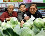 关税之下,中国出口受创,企业倒闭,失业上升,房市、股市不能去,人民币又要贬值,物价上涨,老百姓要怎么才能保住自己的荷包?(STR/AFP/Getty Images)