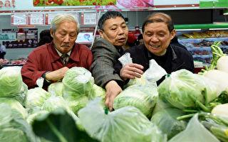 關稅之下,中國出口受創,企業倒閉,失業上升,房市、股市不能去,人民幣又要貶值,物價上漲,老百姓要怎麼才能保住自己的荷包?(STR/AFP/Getty Images)