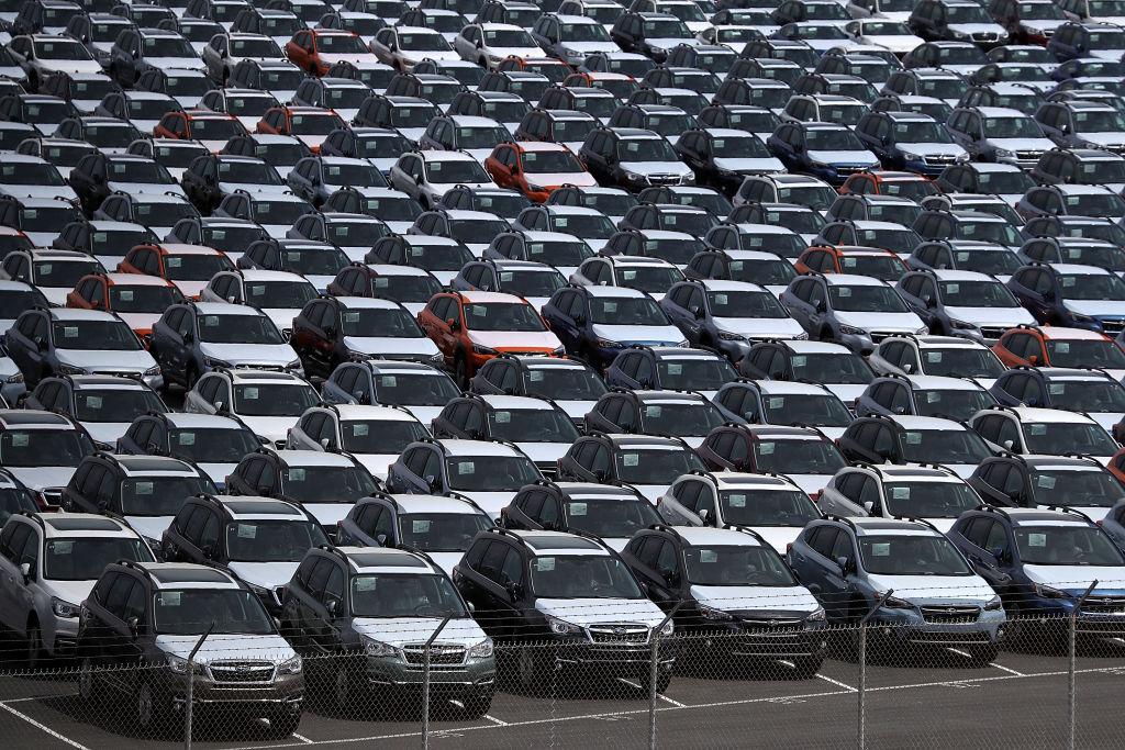 位於加州的一片用於汽車銷售的停車場。 (Justin Sullivan/Getty Images)