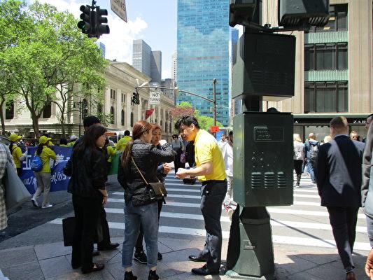 圖中穿黃衣者為美國新澤西州一家歐洲銀行的技術副總裁、電腦工程師Tom Lee(李辰/大紀元)