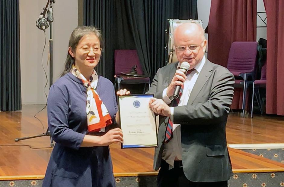 2019年新州的帕拉瑪塔市政府向當地的法輪功團體頒發5月13日世界法輪大法日證書,並致以最良好祝願。市長Andrew Wilson本人還頒發了褒獎信。圖右為時任市長Andrew Wilson。(駱亞/大紀元)