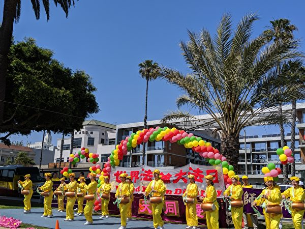 部份洛杉磯法輪功學員在聖莫妮卡碼頭歡慶世界法輪大法日。(徐繡惠╱大紀元)
