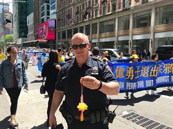 一位紐約警官舉著蓮花說:「法輪大法好!」(李桂秀/大紀元)