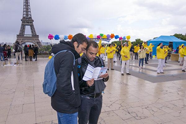 人权广场上的市民和游客纷纷了解法轮功真相。(关宇宁/大纪元)