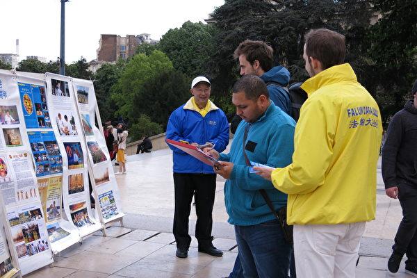 人權廣場上的市民和遊客簽名聲援法輪功學員反迫害。(關宇寧/大紀元)
