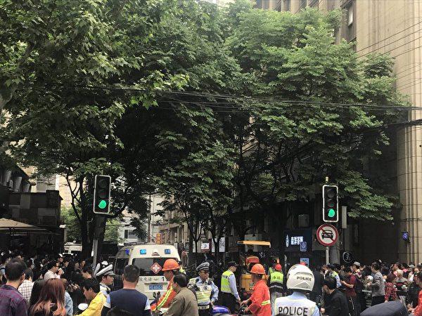 5月16日上午11點多,上海長寧區昭化路148號一改造廠房發生坍塌,導致數十名工人被埋。(受訪者提供)