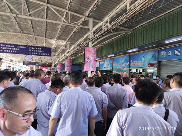 5月26日、27日,東莞城巴運輸有限公司數百名司機罷運,公司被東莞交投集團旗下東莞巴士公司收購,要求按工齡進行賠償。(受訪者提供)