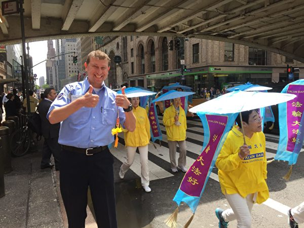 MTA員工別洛古羅夫(Dennis Belogurov)支持法輪功學員,反對共產黨的迫害。(施萍/大紀元)