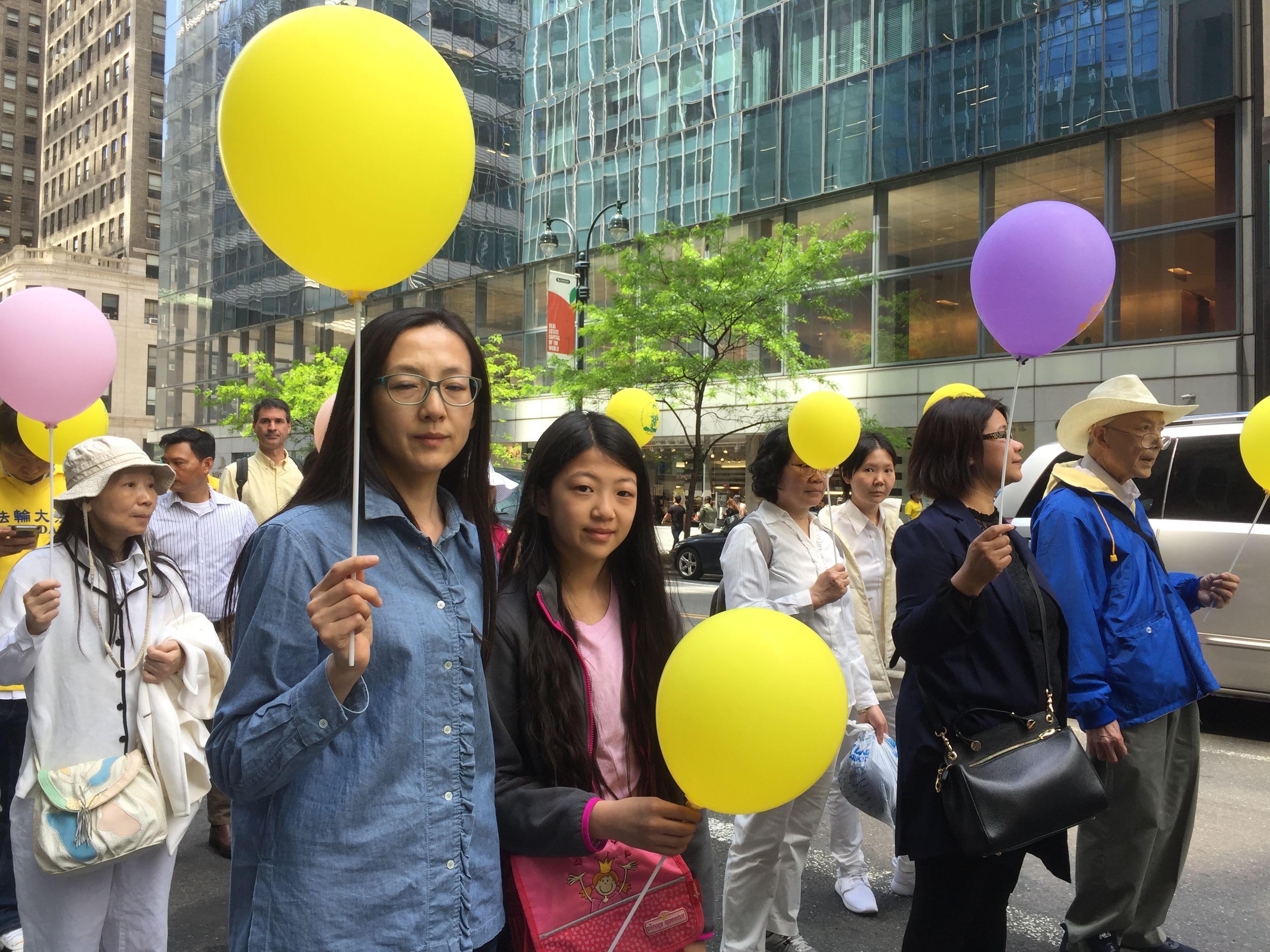 歐洲華人冉華和女兒在5月16日法輪功學員紐約遊行隊伍中。(施萍/大紀元)