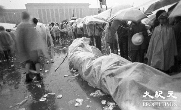 1989年六四期間,雨中在天安門廣場堅守的學生們。(Jian Liu提供)