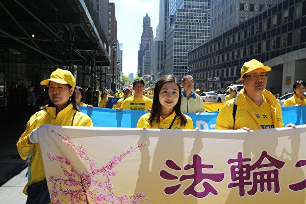 (左起)2019年5月16日,王会娟、李扶摇和李振军在庆祝法轮大法洪传27周年曼哈顿大游行中。(施萍/大纪元)