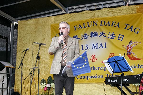 歐洲議會議員加勒(Michael Gahler)到場發言。(曹工/大紀元)