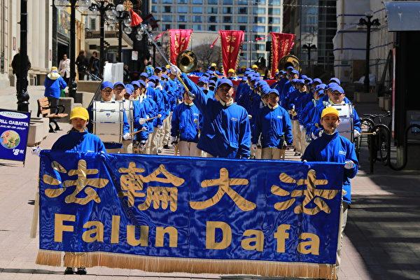 5月8日,加拿大東部部份法輪功學員齊聚渥太華國會山慶賀慶祝法輪大法弘傳。圖為法輪功學員在市區遊行。(艾文/大紀元)