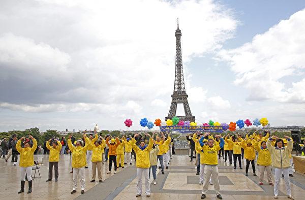 法國法輪功學員慶祝第二十屆「5·13世界法輪大法日」暨法輪功創始人李洪志師父華誕。圖為法國學員的功法展示。(章樂/大紀元)