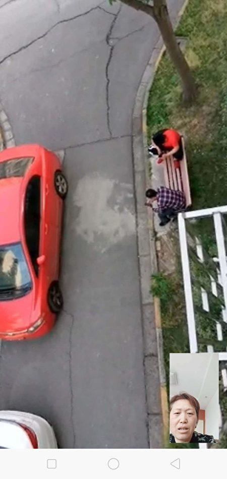 5月11日,看守洪蘭英的車和人員出現在她家門口。(受訪者提供)