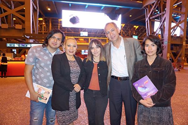 4月4日晚,墨西哥国家文化总局行政总监Francisco Javier Gómez Villaverde(右二)在墨西哥城国家礼堂观看了神韵演出。(林南宇/大纪元)
