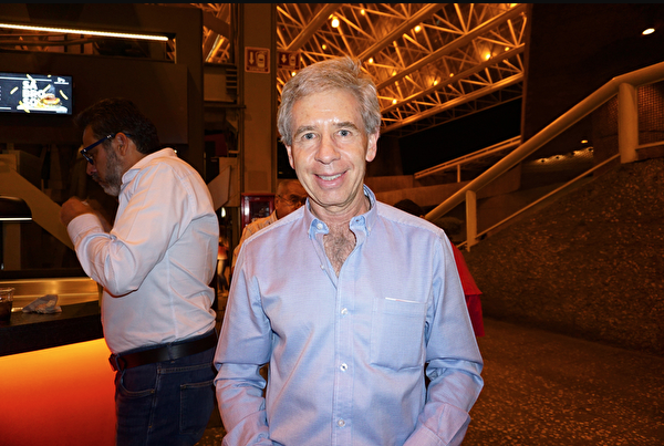 4月6日晚,美国二十世纪福斯电影公司拉美区副总裁Vicente García Cors先生在墨西哥城国家礼堂观赏了神韵巡回艺术团2019年度的第四场演出。(林南宇/大纪元)