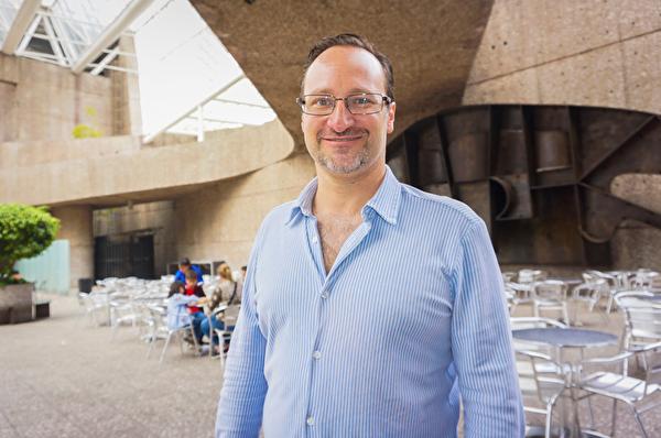 4月6日下午,墨西哥多家媒体公司老板Erwin German先生观赏了神韵巡回艺术团2019年度在墨西哥城的第三场演出。(林南宇/大纪元)
