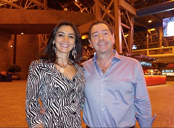 "Luis Larreategui先生和夫人Gina Robles于4月7日晚观赏演出后表示,""(神韵)演出是对中华文化的礼赞。""(林南宇/大纪元)"