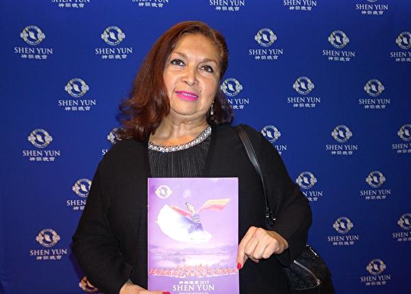 4月7日晚,墨西哥城一家舞蹈学校校长Luz Maria Espinola Castañol于墨西哥城国家礼堂观看了神韵演出。(林南宇/大纪元)