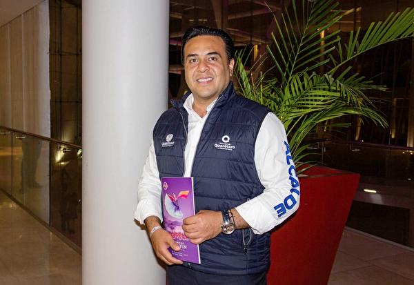 4月12日晚,克雷塔罗市的市长Luis Bernardo Nava Guerrero观赏了神韵巡回艺术团的精彩演出。(Ramon Reyna Herrmann/大纪元)