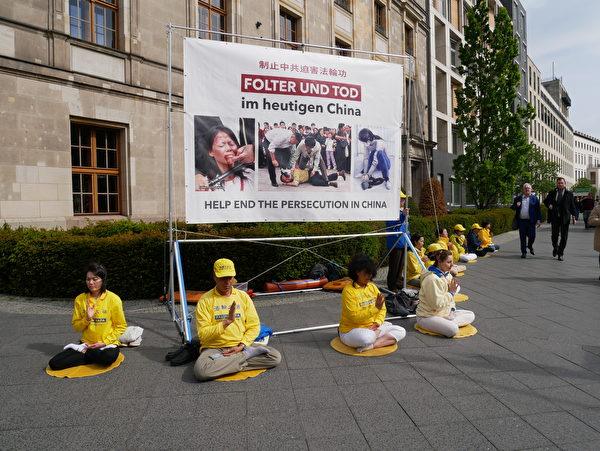 5月8日,柏林部份法輪功學員在德國國會外呼籲停止迫害。(大紀元)
