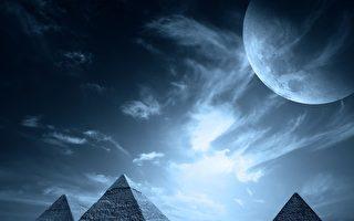 """月球上发现""""金字塔""""?"""