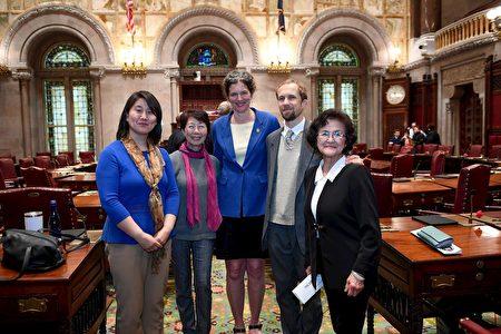 第四十二選區參議員吉恩·麥茲格(Jen Metzger)女士(中)和法輪功學員合影。