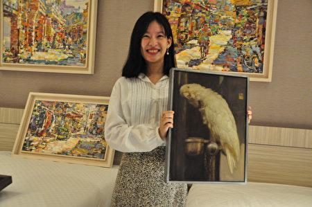「名山藝術」經理張雁如與美麗的參展作品