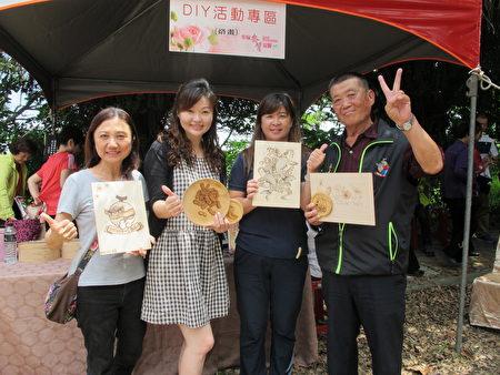 烙画DIY活动,由社区大学讲师廖淑芬(左二)指导大家创作在地的文化及产业特色!