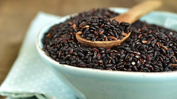 黑米和桂圆煮粥喝,可以养心安神,补肾益精。(Shutterstock)