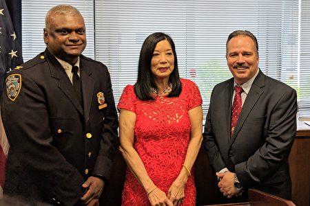 市警北皇后區勤務指揮中心助理警長Martin Morales(右)與陳翠芳法官(中)合影。